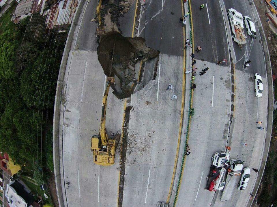 Se abre socavón en carretera México-Cuernavaca.