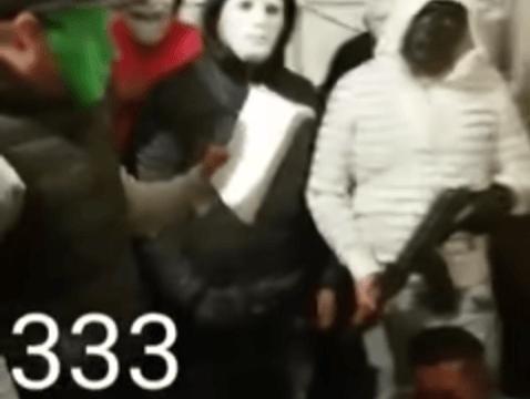 Justicieros enmascarados del barrio de Santa Julia.