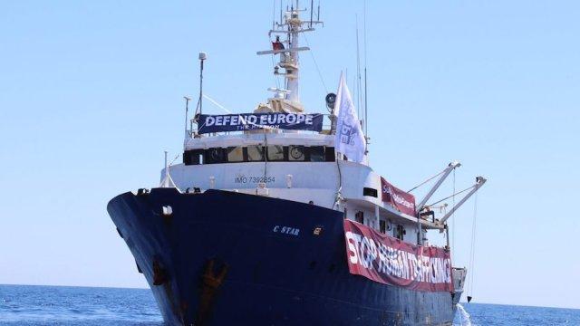 Barco xenófobo varado en Mediterráneo rescatado por ONG pro refugiados.