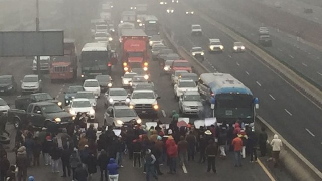 bloqueo en autopista México Toluca por desaparecidos
