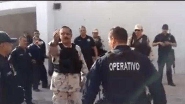 Policías se resisten a cateo de la Sedena [VIDEO]