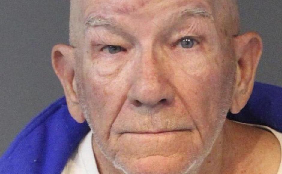 Hombre de 77 asalta banco para volver a la cárcel
