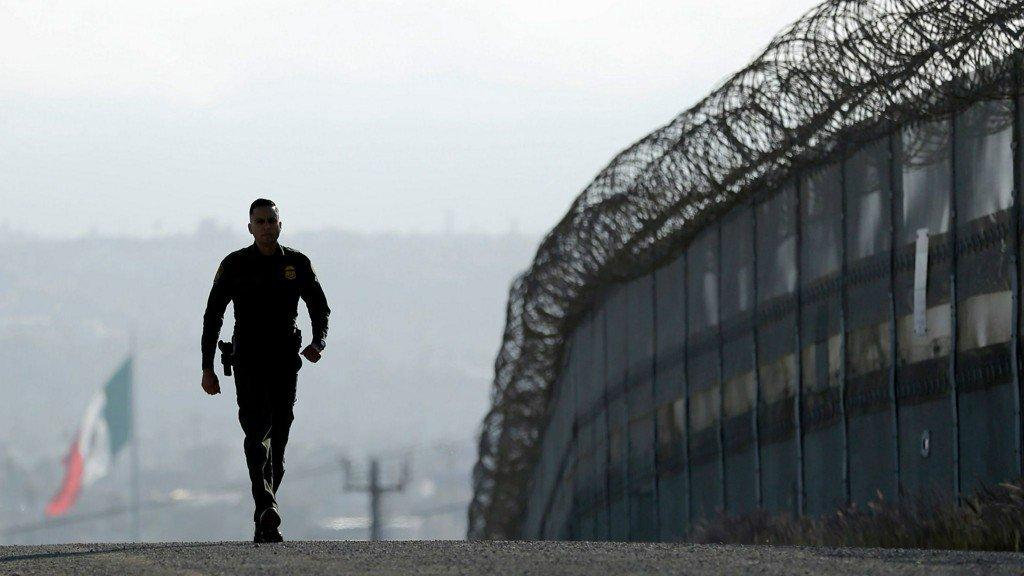 Comienza en San Diego construcción de muro