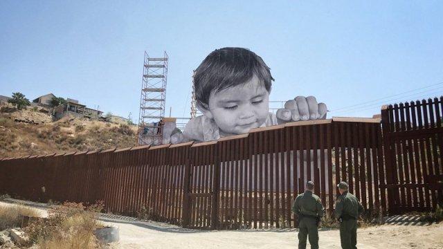 foto, bebé gigante, JR bebé, JR muro, frontera