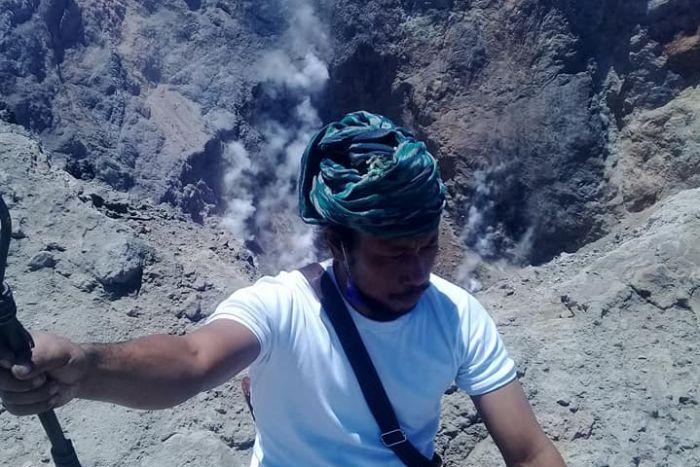 Sacerdotes le juegan al vergas encima de volcán activo