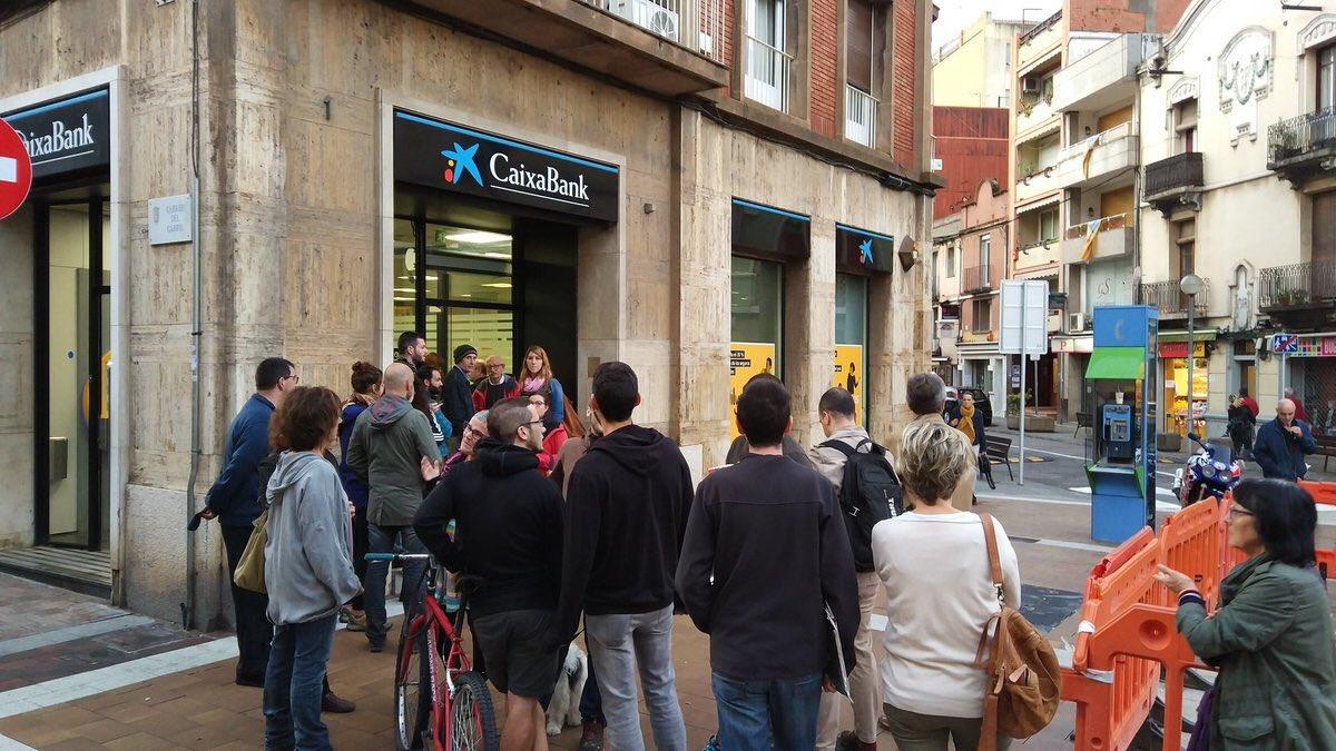 Miles sacan dinero del cajero en Cataluña como símbolo