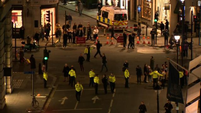 Policía de Londres responde a reportes de disparos en Oxford Street