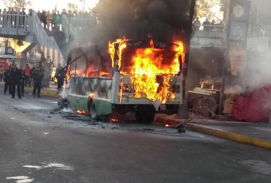 microbus se incendia en paradero Taxqueña