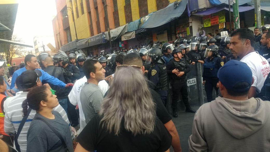 Riña entre policías y comerciantes en plaza meave