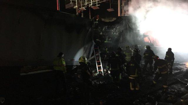 Tráiler de doble remolque choca y se incendia en la México Cuernavaca
