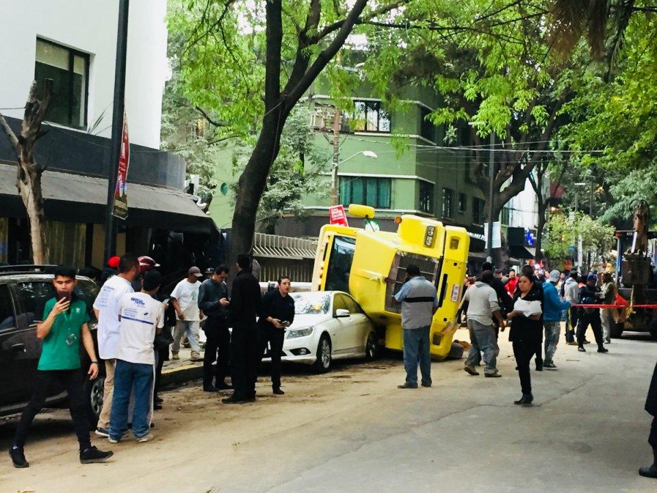 Camión volcado en las calles de Cuautla y Michoacán, en la Condesa