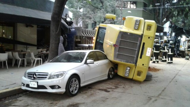 Un camión en la Condesa se volcó sobre un restaurante