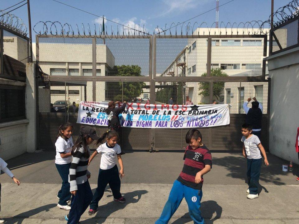 Protesta de padres y alumnos frente a la DGSEI