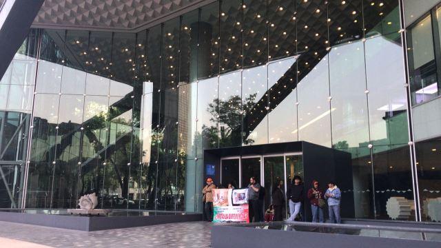 Manifestantes cierran acceso a Torre Bancomer