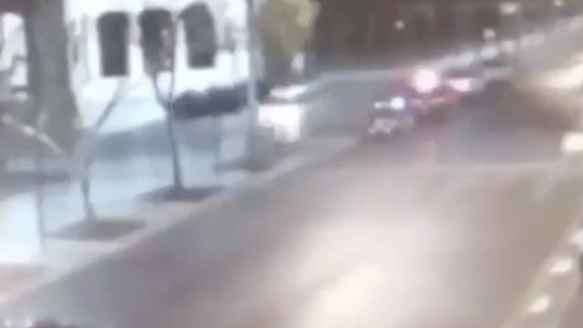 Conductor casi atropella a decenas de policías en la Alameda