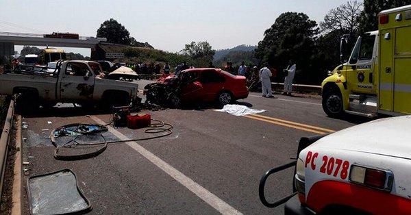 Carambola en autopista de Michoacán deja 5 muertos