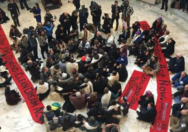 Rabinos y dreamers protestan contra cambios en DACA