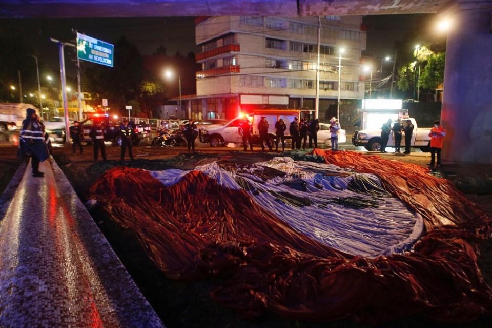 Soldados recogen bandera caída en San Jerónimo