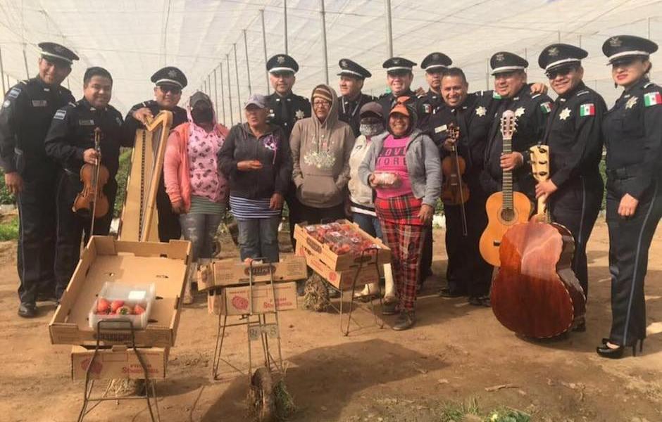 Policía Federal dio concierto de mariachi a jornaleros de San Quintín