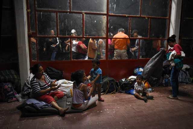 Migrantes participando en la Caravana, esperando salir a CDMX