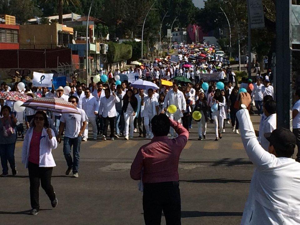 Miles de doctores marchan en todo México para exigir liberación de compañero oaxacaqueño
