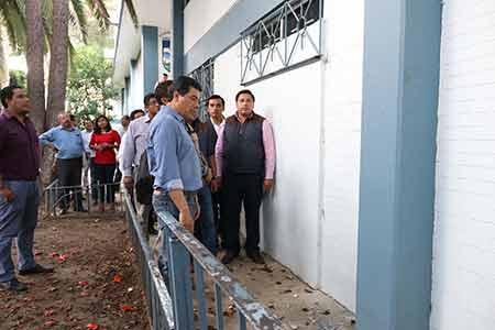Rector de la UBAJO revisando daños del 19S