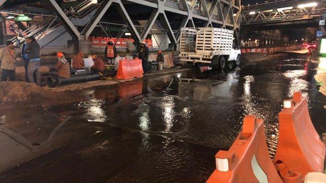 Fuga de agua en eje 3 provoca caos en oriente de CDMX