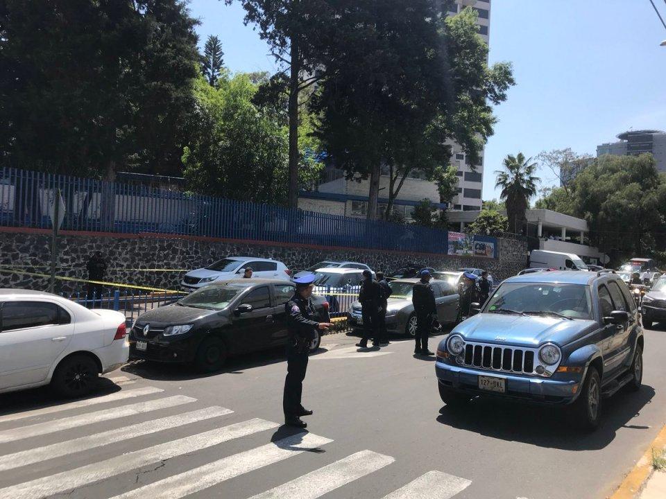 ejecutan a conductor de Mini Cooper frente a escuela Simón Bolívar