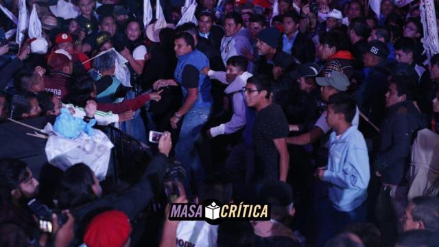 Gritos, golpes y zapatazos en mitin de AMLO en Pachuca
