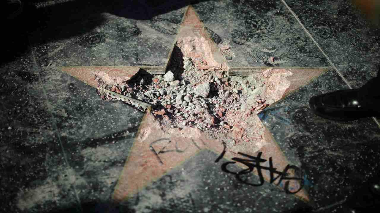 Destrozan la estrella de Trump en el Paseo de la Fama