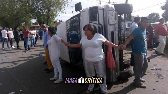 Camioneta que robó casillas volcó en Puebla