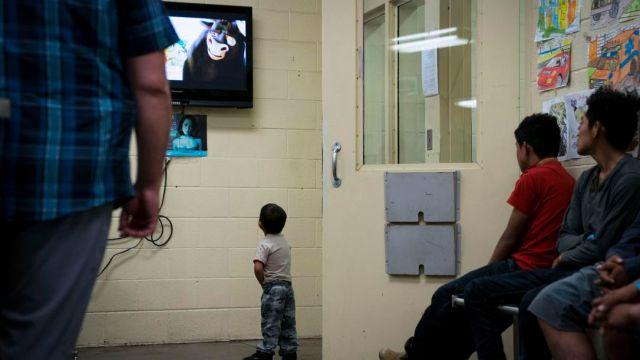 Bebé de 1 año comparece solo ante juez de migración