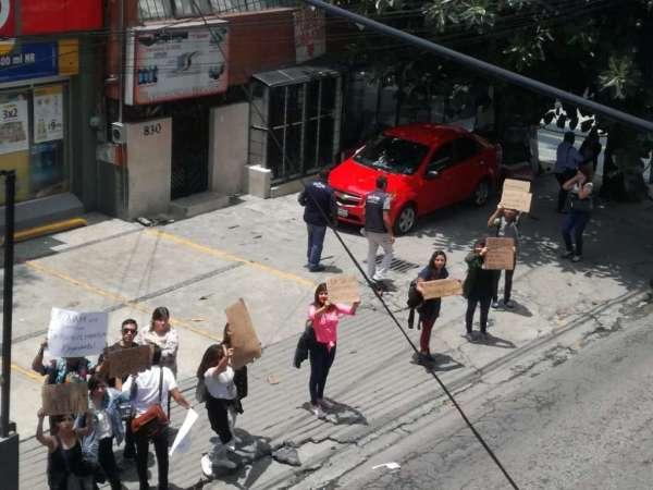 Estudiantes de la FES Acatlán protestan violación de compañera