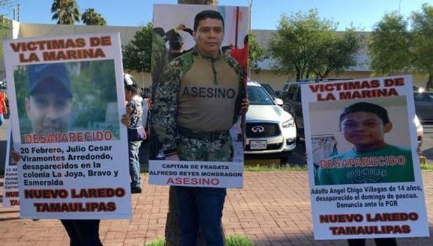 Protesta de familiares desaparecidos frente a instalaciones de la Marina en Nuevo Laredo