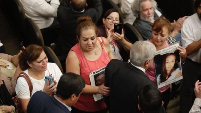 Padres y víctimas confrontan a López Obrador en foro de paz