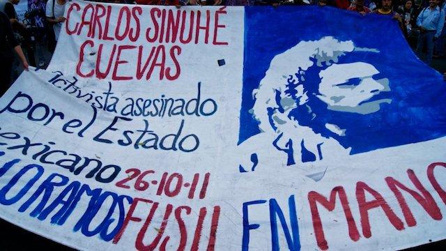 """Era la noche del 26 de octubre de 2011 cuando Carlos SinuhéCuevas Mejía llegaba a su casa en Topilejo, en la carretera libre México-Cuernavaca, en Tlalpan. El estudiante de la Facultad de Filosofía de la UNAM se bajó del camión y, a unos metros de su domicilio, lo asesinaron con 16 disparos. No hubo detenidos, no se resolvió el caso. A casi siete años del homicidio del joven, la Comisión de Derechos Humanos de la Ciudad de México emitió una recomendación por la indebida procuración de justicia, pues las autoridades capitalinas no habrían agotado todas las líneas de investigación, y múltiples violaciones a derechos humanos en contra de María de Lourdes Mejía Aguilar, madre del occiso. """"Se documentaron diversas violaciones a derechos humanos: derecho al debido proceso, acceso a la justicia y verdad en relación con el principio de legalidad y el derecho a la seguridad jurídica; derecho a la integridad personal en relación con el derecho a la memoria de las personas fallecidas, el derecho a la intimidad y vida privada; y derecho a la protesta social en ejercicio de la libertad de expresión"""", dice el comunicado de la CDHDF. Las dependencias señaladas por estas violaciones y negligencias son la Secretaría de Seguridad Pública, la Procuraduría General de Justicia –en ese entonces a cargo de Miguel Ángel Mancera– y el Tribunal Superior de Justicia, todos de la Ciudad de México. ¿Cuál fue el móvil del asesinato, según la Procuraduría en 2011? Unos días después de la muerte, se informó que la línea principal de la investigación fue un crimen pasional, pues varios de los disparos fueron contra el área pélvica del estudiante. (Vía: Proceso) Pasaron los meses, sin detenidos, y la Procuraduría tenía una nueva hipótesis: """"La Procuraduría está siguiendo la línea de narcotráfico queriendo inmiscuir a mi hijo ahí"""", declaró en entrevista para MVS María de Lourdes. Era julio de 2012. La madre del occiso relató que existían antecedentes por delitos contra la salud y las autoridades no q"""
