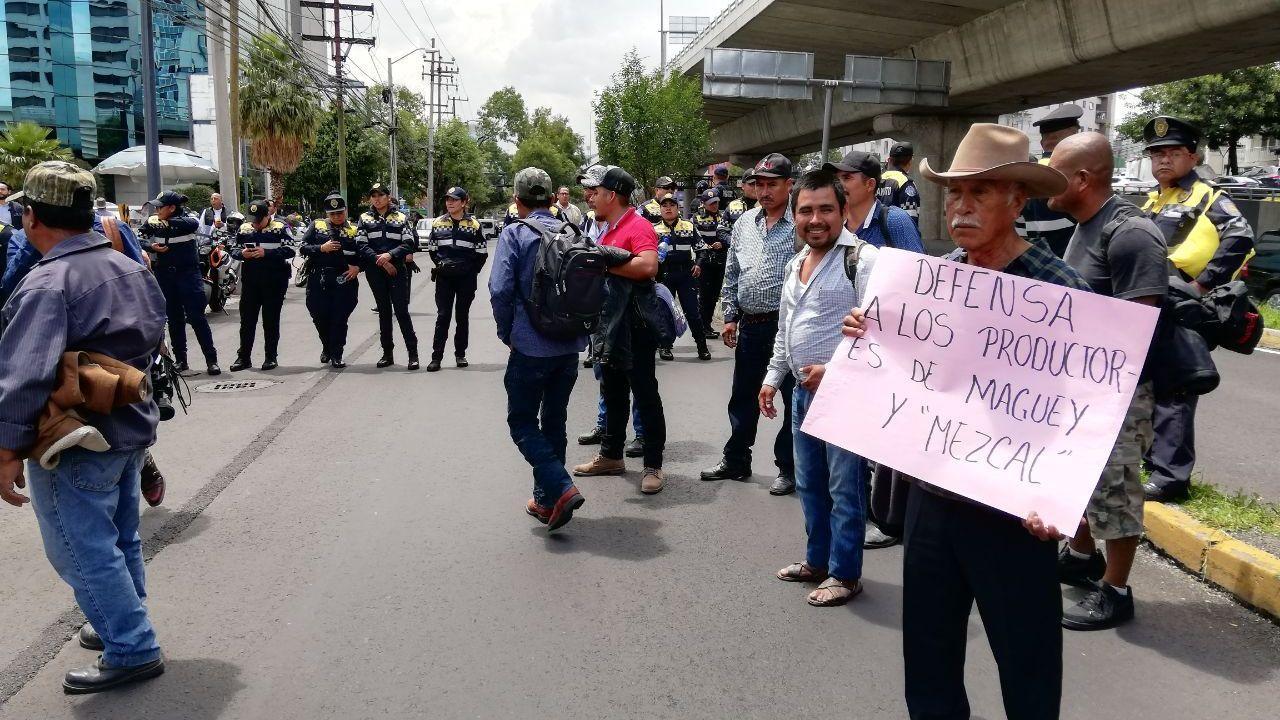 Productores de mezcal se manifiestan contra cambios del IMPI