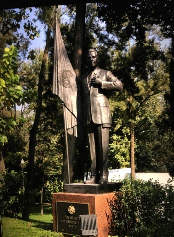 Estatua de Enrique Peña Nieto en Los Pinos
