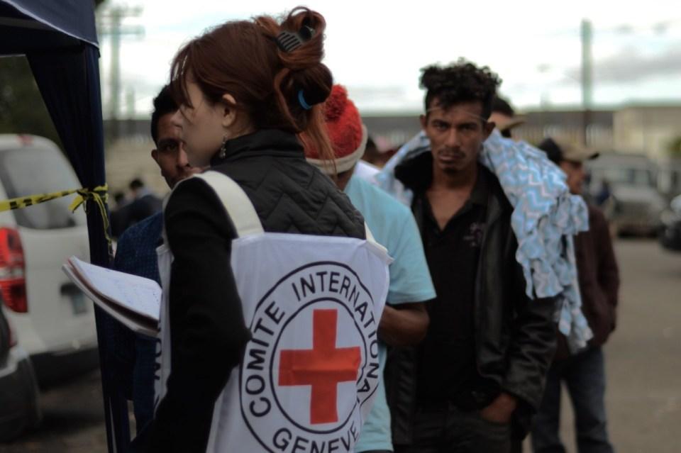 Elementos de la Cruz Roja Mexicana presentes en el albergue de Tijuana
