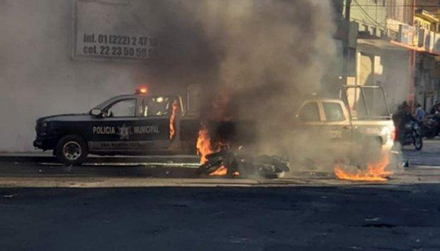 Queman 2 patrullas tras atropellar a niño en Puebla