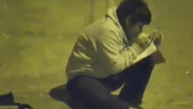 Captan niño que hace tarea en la calle por no tener luz