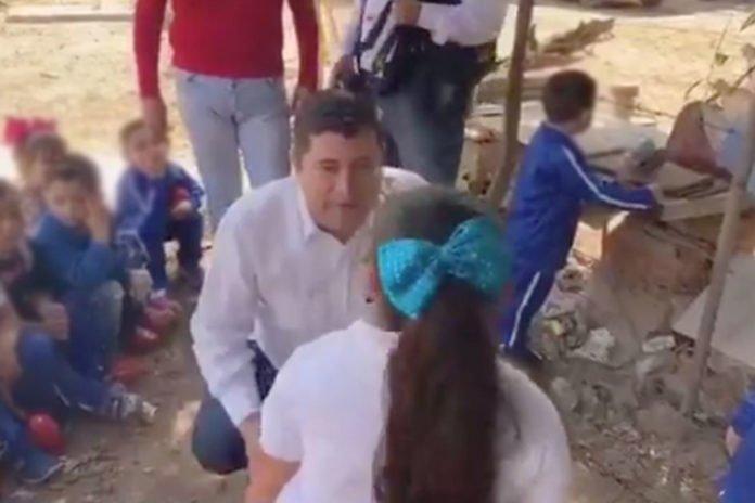Alcalde bullea a niña: tiene obesidad espantosa, dice