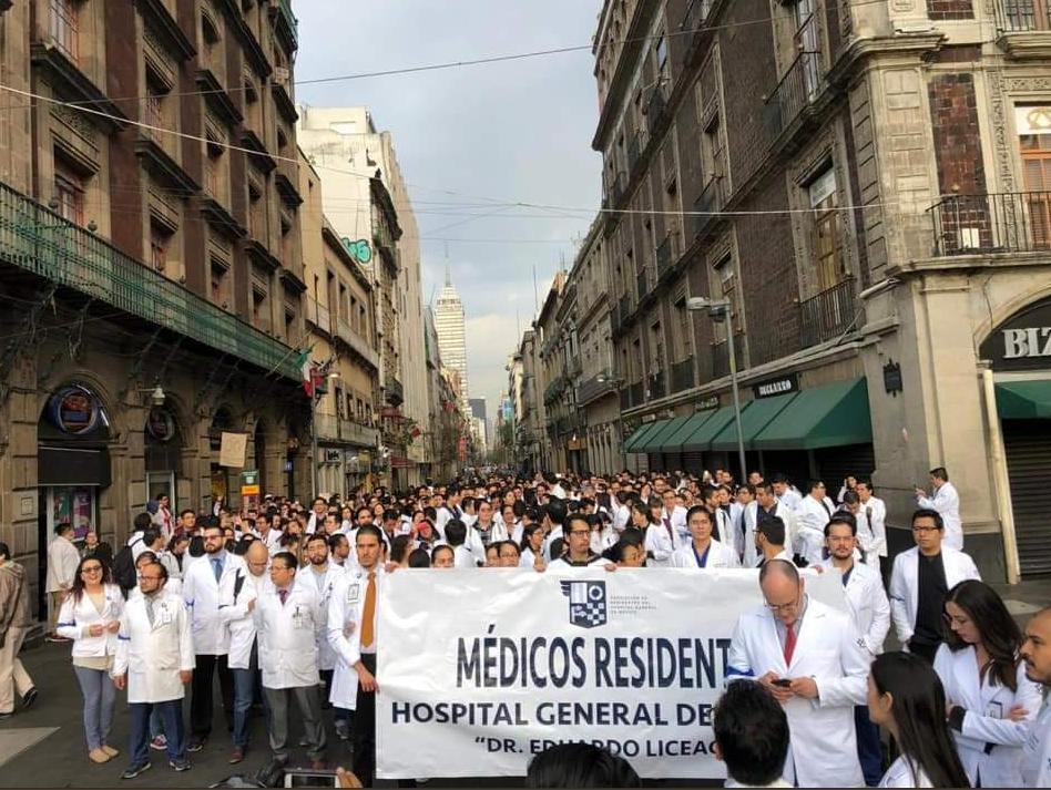 Médicos residentes marcharon hacia el Palacio Nacional