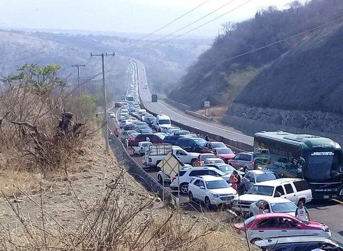 Bloquean Autopista del Sol por asalto
