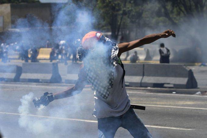 Tanqueta arrolla manifestantes en Venezuela