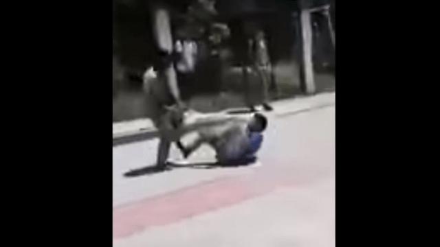 Maestro detiene pelea entre alumnos a cinturonazos