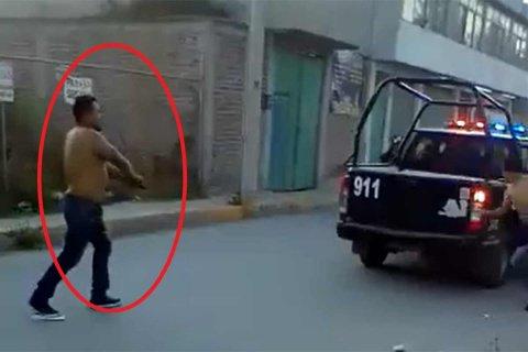 Un policia es desarmado por un aparente ebrio