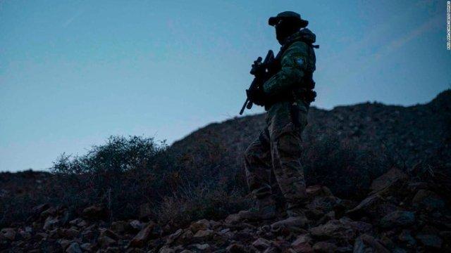 Paramilitares EU detienen migrantes en frontera con México.