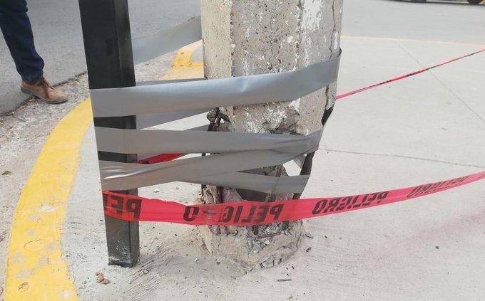 Arreglan poste de luz... con cinta de aislar