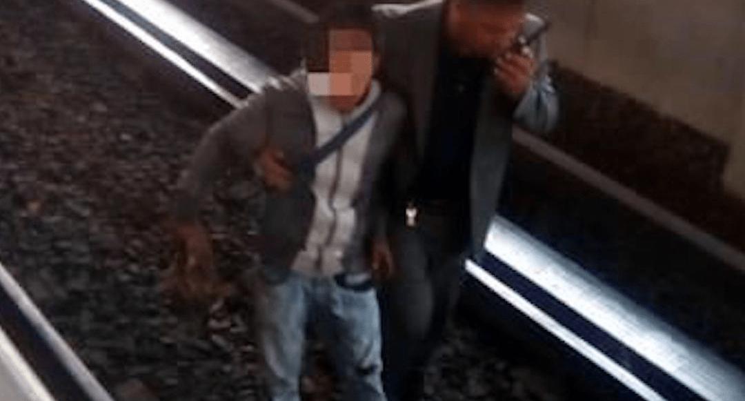 Intenta robar celular, se tropieza y cae a vías del metro
